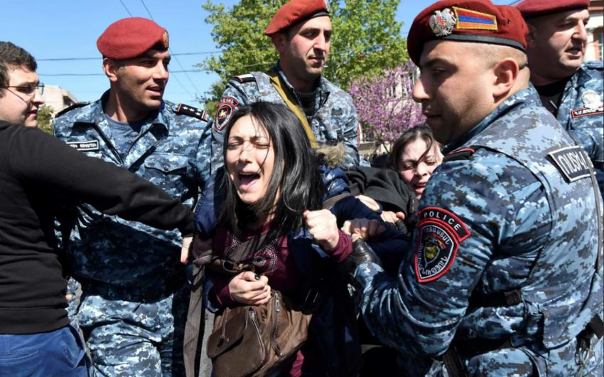 В Ереване произошло столкновение между протестующими и полицейскими