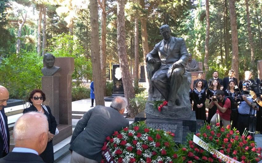 Milli Musiqi Günü ilə əlaqədar Üzeyir Hacıbəylinin məzarı ziyarət olunub