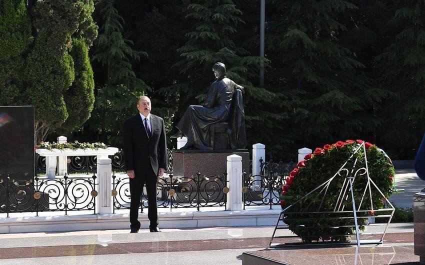 Президент Ильхам Алиев посетил могилу великого лидера Гейдара Алиева в Аллее почетного захоронения