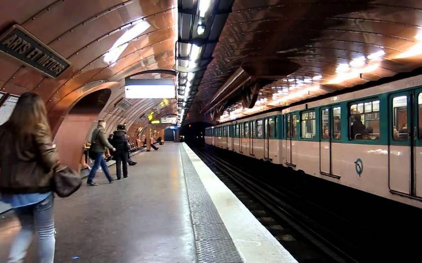 Paris metrosunda bir nəfərin üstünə turşu atılıb