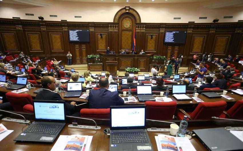 Ermənistan parlamentində etiraz aksiyası keçirilib