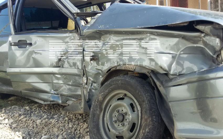 В Агдаме автомобиль врезался в электрический столб, в результате обесточено одно село
