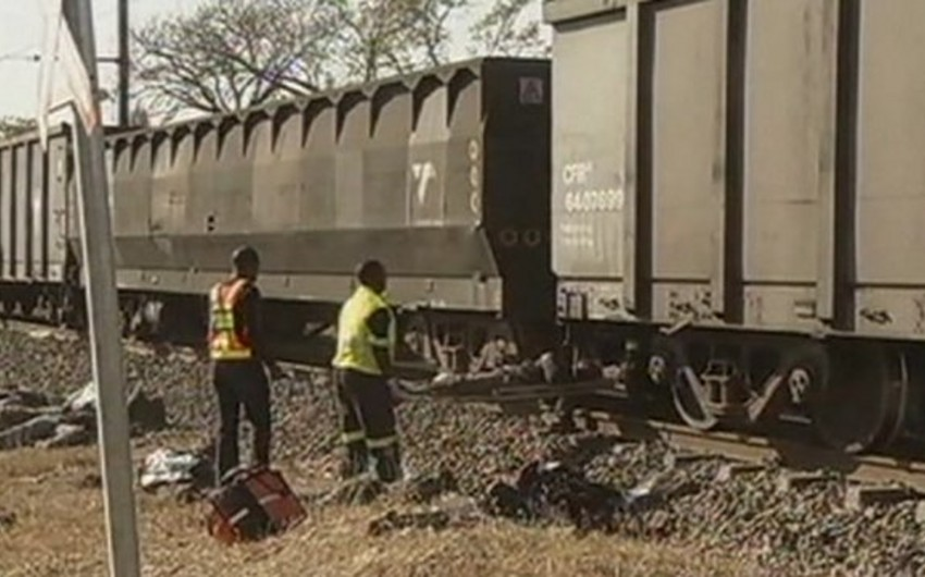 Грузовой поезд сошел с рельсов в Мозамбике, 17 человек погибли