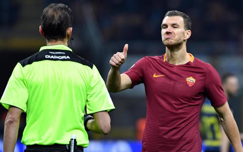 İtaliya çempionatında futbolçu başla qapıçıya ötürmə etdiyi üçün sarı vərəqə alıb