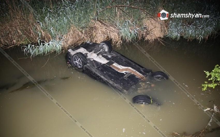 Yerevanda avtomobil çaya düşüb, polis zabiti ölüb, bir nəfər yaralanıb