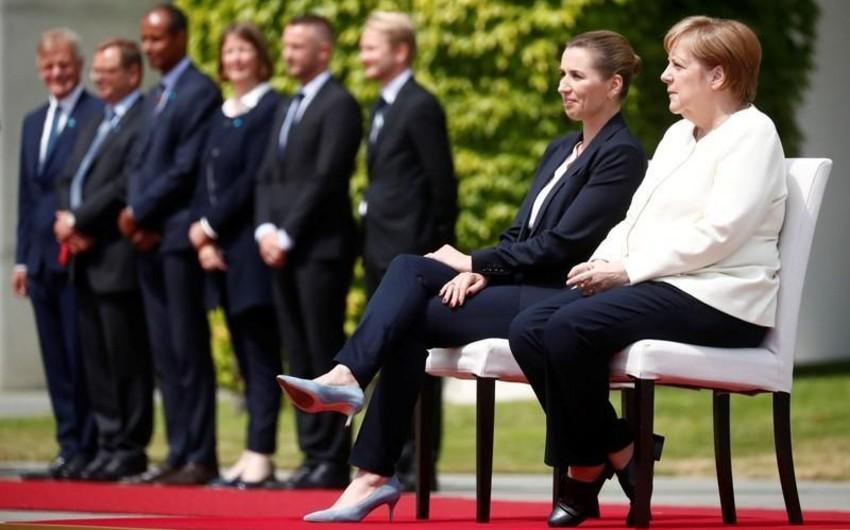 Welt: Меркель на встрече с премьером Дании слушала гимны стран сидя