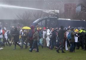В Амстердаме полиция применила водометы против протестующих