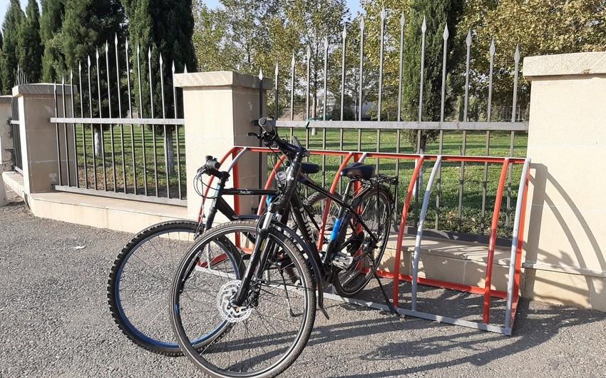 """""""Azəralüminium""""un əməkdaşları tullantı dəmirlərdən velosiped dayanacağı hazırladı"""