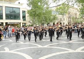 Children hold flashmob in Baku - VIDEO