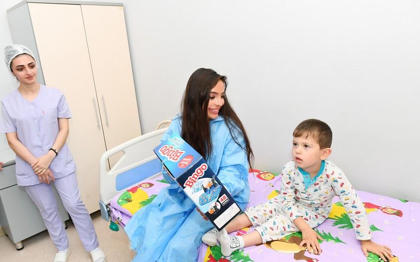 Leyla Əliyeva Bakının bir sıra tibb müəssisələrində müalicə alan uşaqlarla görüşüb