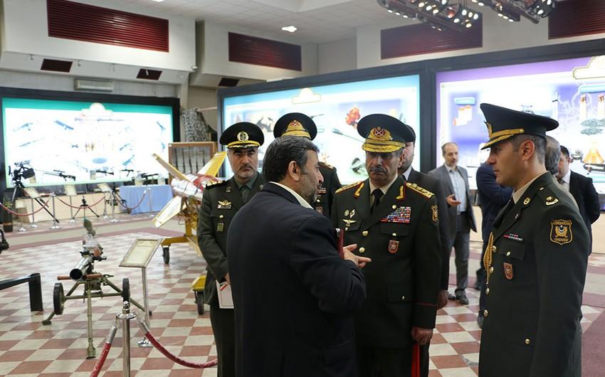 Azərbaycanın müdafiə naziri İranın müdafiə nailiyyətləri sərgisində olub - FOTO
