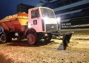 ИВ Баку: Всю ночь коммунальные службы убирали снег с дорог