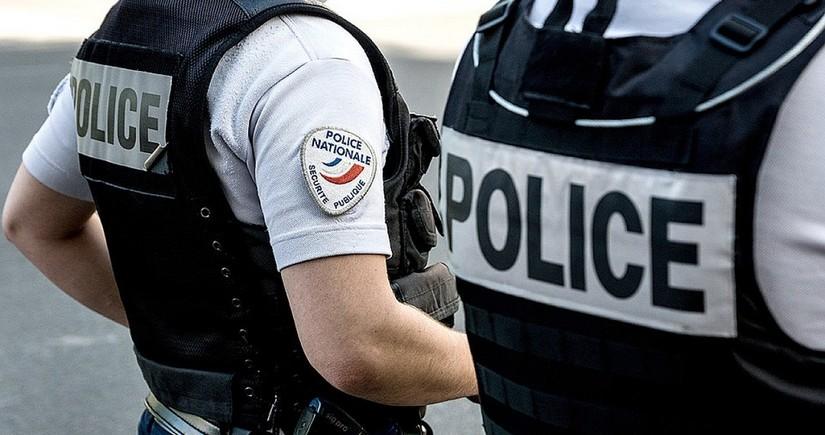 В Париже голый мужчина напал на полицейских