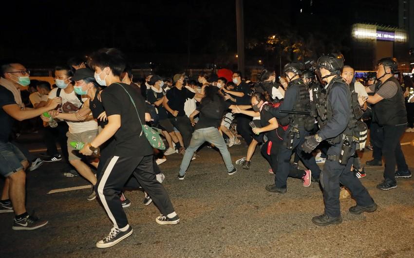 Honkonqda nümayişçilərlə toqquşmalarda 15 polis əməkdaşı yaralanıb