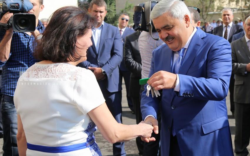 SOCAR prezidenti neftçilərə yeni mənzillərin orderlərini təqdim edib