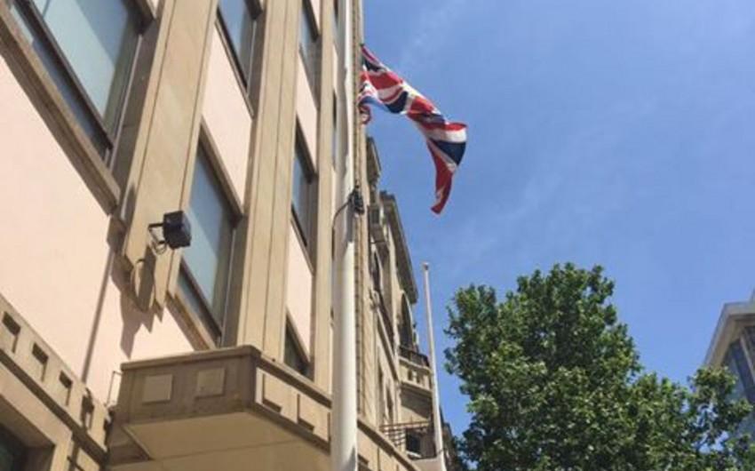 В посольстве Великобритании в Азербайджане приспущен флаг в знак скорби по жертвам теракта в Манчестере