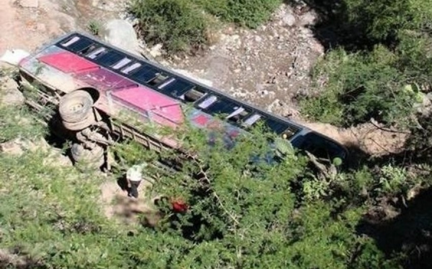KİV: Qvatemalada sərnişin avtobusu dərəyə yuvarlanıb, 19 nəfər həlak olub