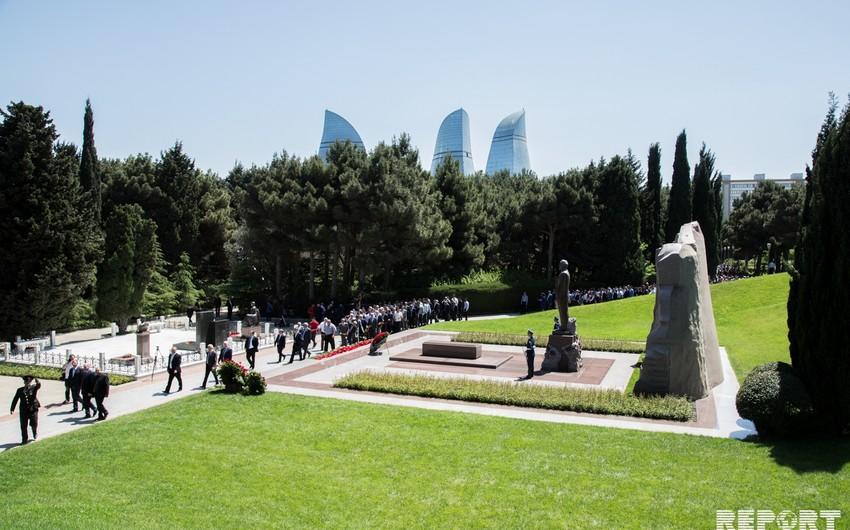 Azərbaycan xalqı Heydər Əliyevi anır - FOTOREPORTAJ