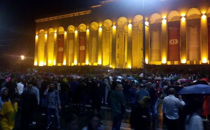 Tbilisidə aksiyaçılar baş nazirin istefasını tələb ediblər - FOTO