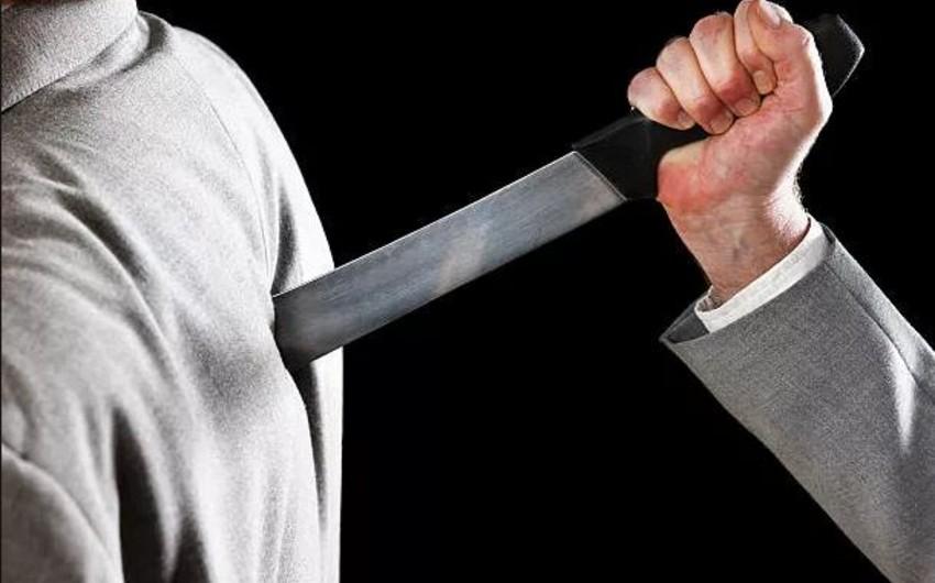 Bakıda orta yaşlı kişi dava zamanı kürəyindən bıçaqlanıb