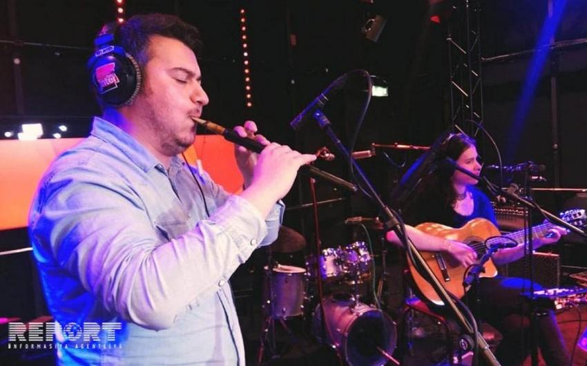 Azərbaycanlı musiqiçi Fransa radiosunda balaban ifa edib - VİDEO