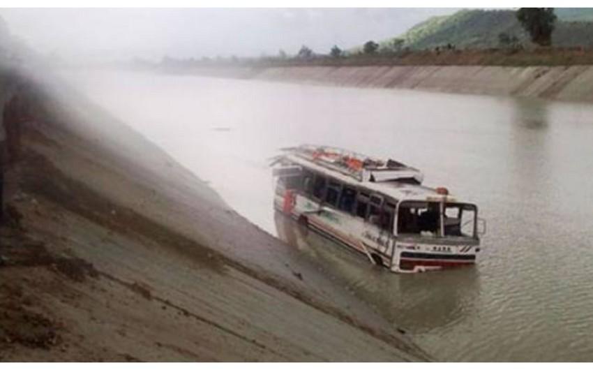 Çində avtobus çaya yuvarlanıb, 13 nəfər itkin düşüb