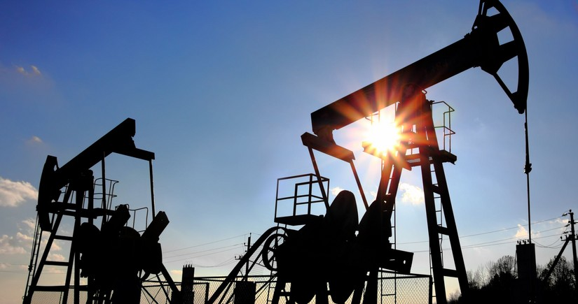 Oil rises on surprise fall in US stocks, vaccine hopes