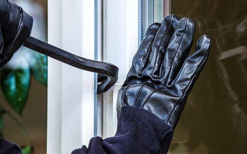 В Баку влезший в дом грабитель был убит хозяином дома и его сыном