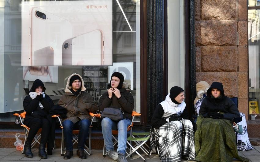 Moskvada yeni iPhonelar üçün növbə telefondan iki dəfə baha satılır
