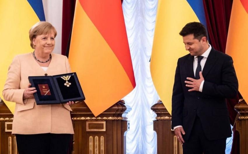 """Vladimir Zelenski Angela Merkeli """"Azadlıq"""" ordeni ilə təltif edib"""