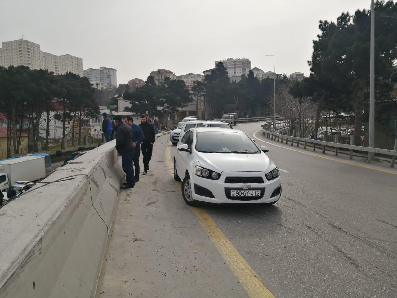 Bakıda yük avtomobili aşıb, toyuqlar asfalta tökülüb - FOTO