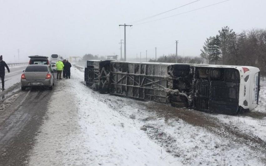 Türkiyədə turistləri daşıyan avtobus qəzaya uğrayıb, 34 nəfər yaralanıb