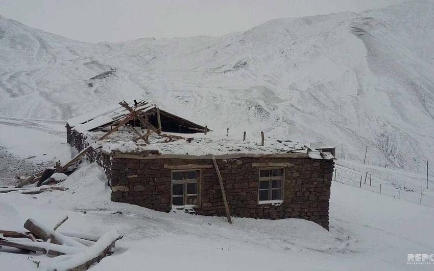 Güclü külək Qubada məktəbin damını uçurdu - FOTO