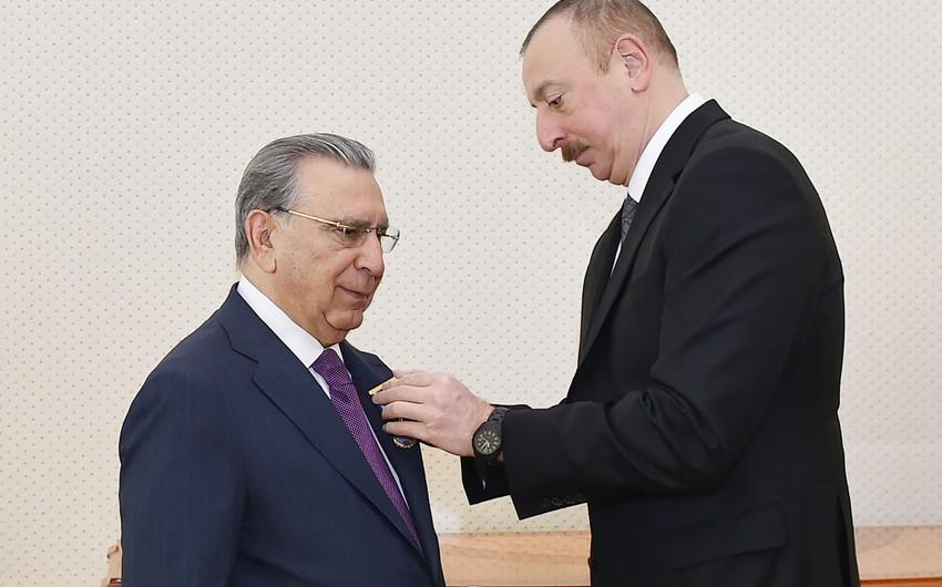 Prezident akademik Ramiz Mehdiyevi təltif edib