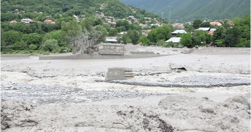 К месту разлива рек в Балакене и Загатала привлечен вертолет