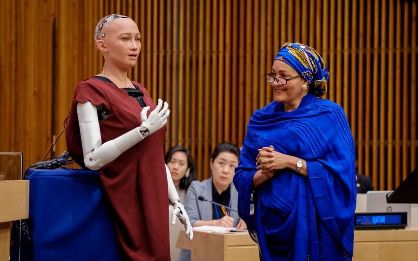 Robot Sofiya BMT-nin mənzil-qərargahında keçirilən müzakirələrdə iştirak edib - VİDEO