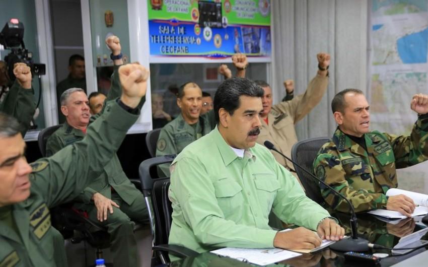Bolton Maduronu dəstəkləyən Venesuela hərbçilərini hədələyib