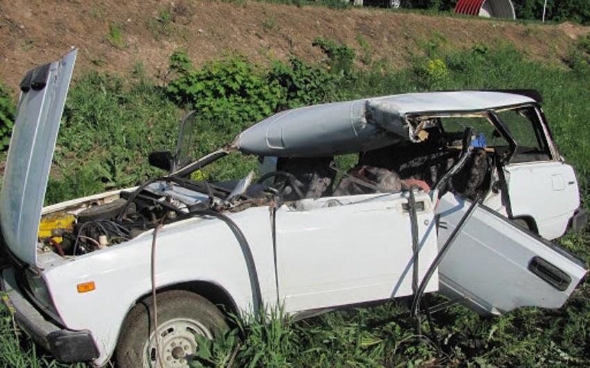 Yevlaxda avtomobil aşıb,sürücü xəsarət alıb