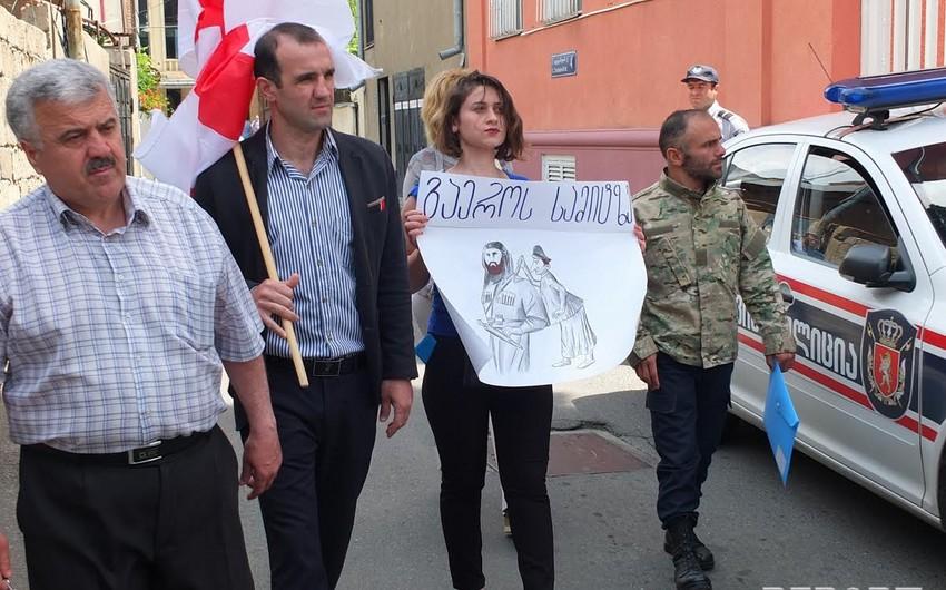 Abxaziyalı məcburi köçkünlər Ermənistanın Gürcüstandakı səfirliyi qarşısında aksiya keçiriblər