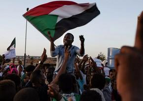Sudanda etirazçılar neft kəmərini bağlayıb, hava limanını ələ keçiriblər