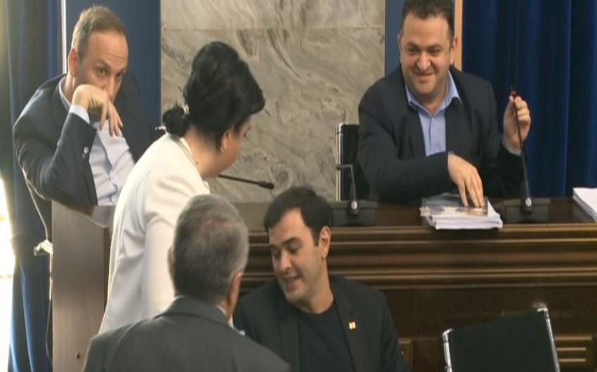 Gürcüstan parlamentində deputatlar arasında dava olub - VİDEO