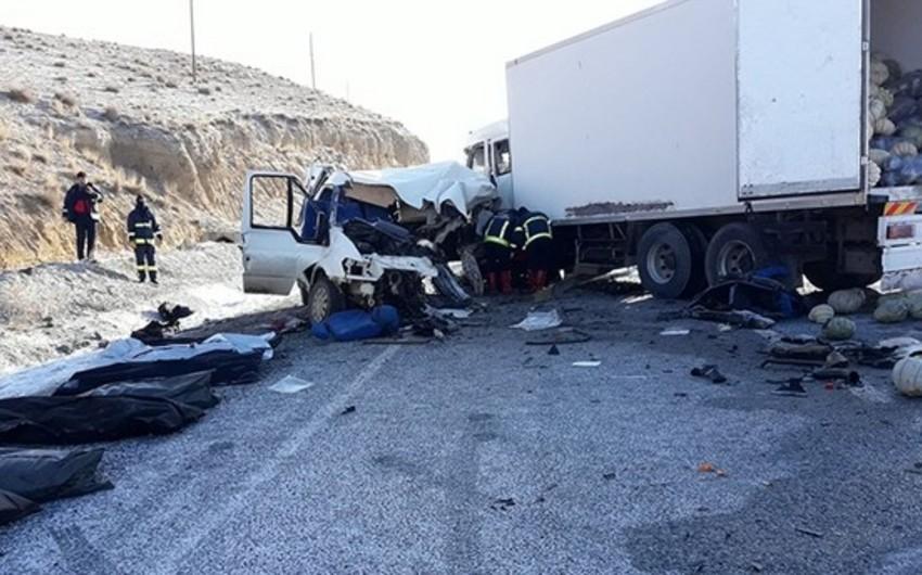 Türkiyədə mikroavtobusla yük maşını toqquşub, 8 nəfər ölüb, 2 nəfər yaralanıb