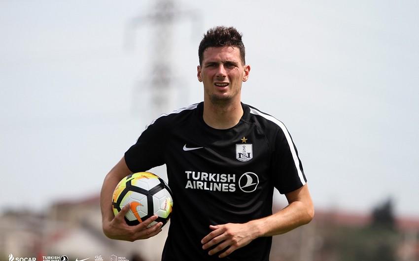 Neftçi xorvatiyalı futbolçu ilə yollarını ayırıb