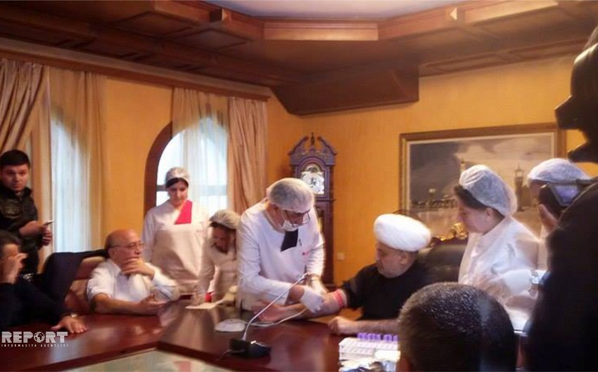 Шейх-уль-ислам Аллахшукюр Пашазаде и Мубариз Гурбанлы сдали кровь
