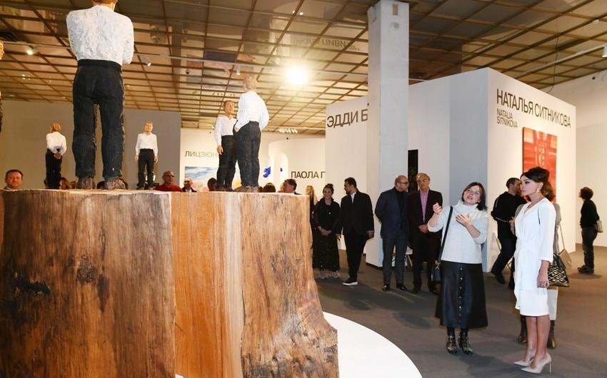 Birinci vitse-prezident Mehriban Əliyeva 8-ci Moskva Beynəlxalq Müasir İncəsənət Bienallesi ilə tanış olub - FOTO