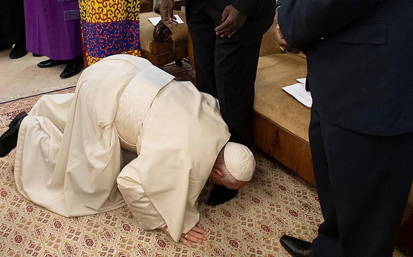 Папа Римский встал на колени и поцеловал ноги лидерам Южного Судана - ФОТО - ВИДЕО