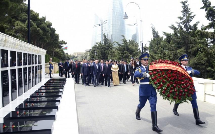 Vyetnam Prezidenti Fəxri xiyabanı və Şəhidlər xiyabanını ziyarət edib