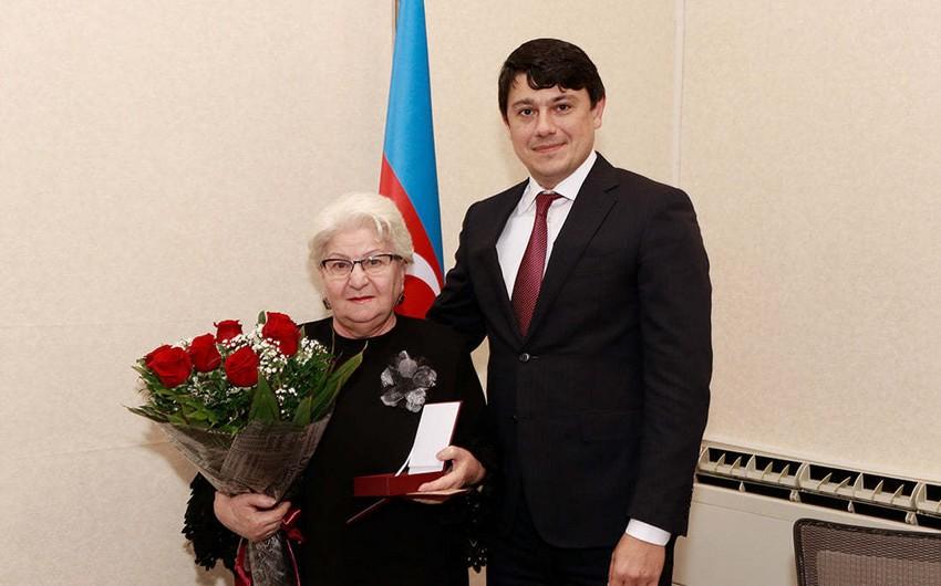 Tbilisidəki Azərbaycan Mədəniyyət Muzeyinin direktoruna cümhuriyyətin 100 illiyi medalı təqdim olunub