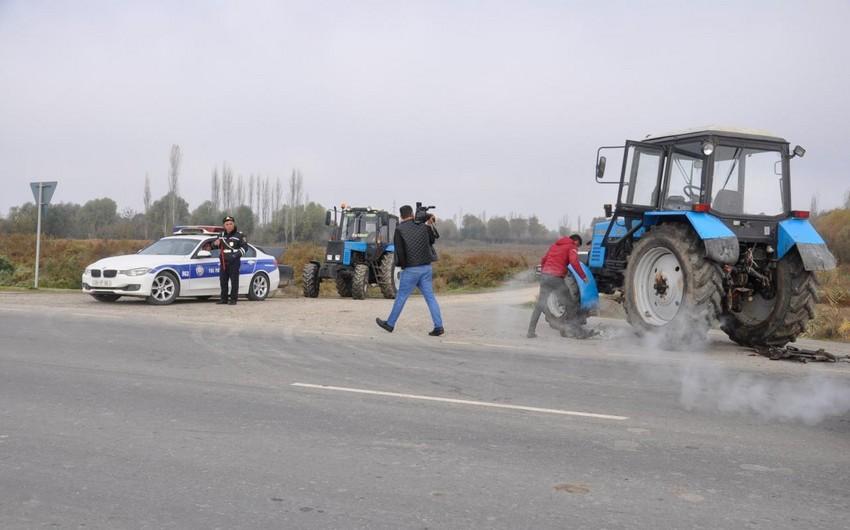 Ağcabədidə yük avtomobili ilə traktor toqquşub, ölən var