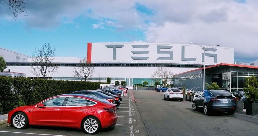 """""""Tesla""""nın bazar dəyəri 1 trilyon dolları keçib"""